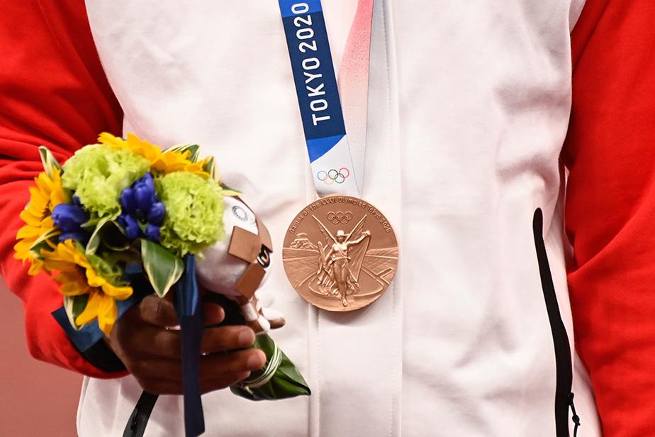 Andre DeGrasse arbore fièrement sa médaille de bronze remportée au 100m masculin.