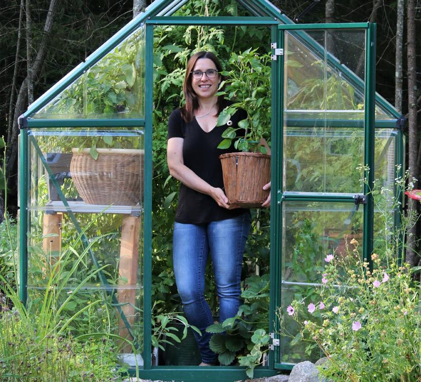 Anne-Josée Laquerre s'adonne plus que jamais au jardinage. Elle a modifié certaines façons de faire depuis qu'elle s'est installée à temps plein dans une zone de rusticité différente. Elle a par exemple apprivoisé la culture en serre.