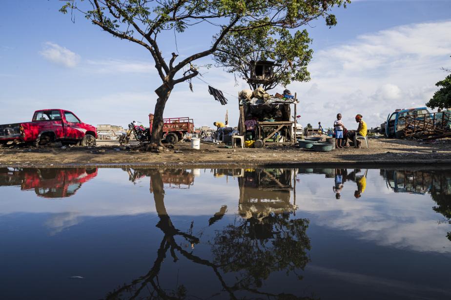 Construit de manière anarchique, le bidonville de Barrière Bouteille est dépourvu de canalisations, ce qui provoque des accumulations d'eau à la moindre pluie et des inondations lors de tempêtes.