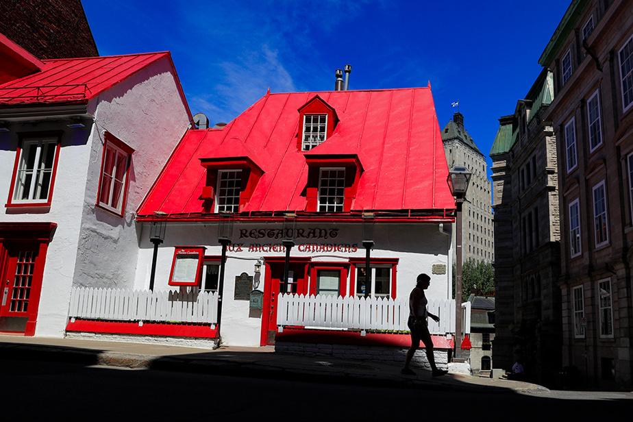 Restaurant coloré du Vieux-Québec, rue Saint-Louis, dans la Haute-Ville