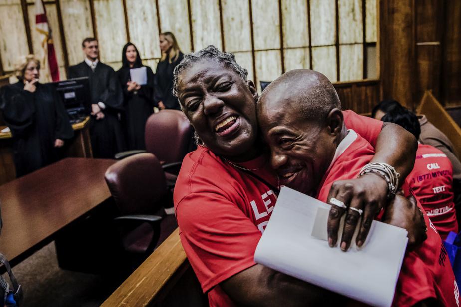 Carmen Brown et Leonel Frage jubilent après qu'un tribunal floridien leur a redonné le droit de vote au terme d'un combat pour permettre aux anciens criminels de voter.