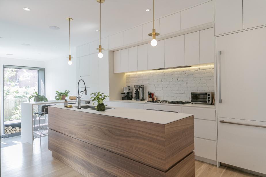 La cuisine est située au même endroit qu'à l'origine, mais elle a été entièrement redessinée pour répondre aux exigences de la vie d'aujourd'hui. Les luminaires —à cet endroit, ainsi que presque partout dans la maison — sont l'œuvre de Hamster&co.