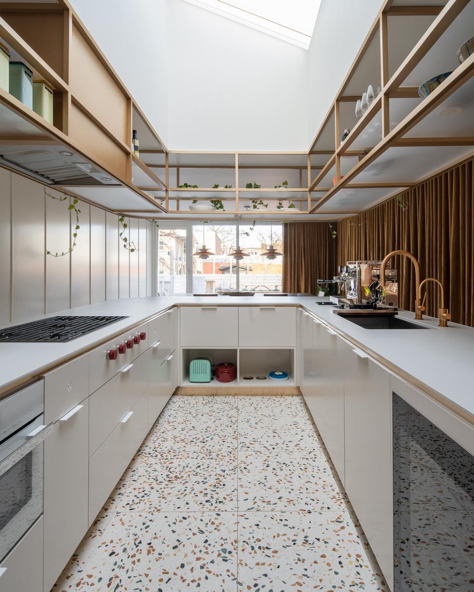 Plusieurs électroménagers ont été intégrés sous le comptoir, dont des tiroirs réfrigérés pour les aliments du quotidien.