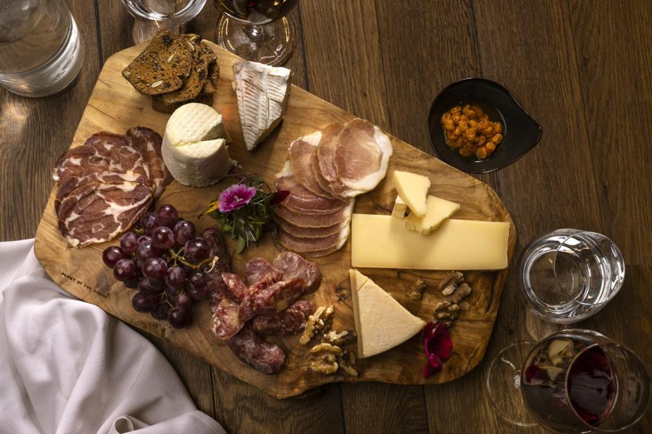 Pour accompagner votre apéro, le Cabu propose également des planches de fromages et de charcuteries d'ici.