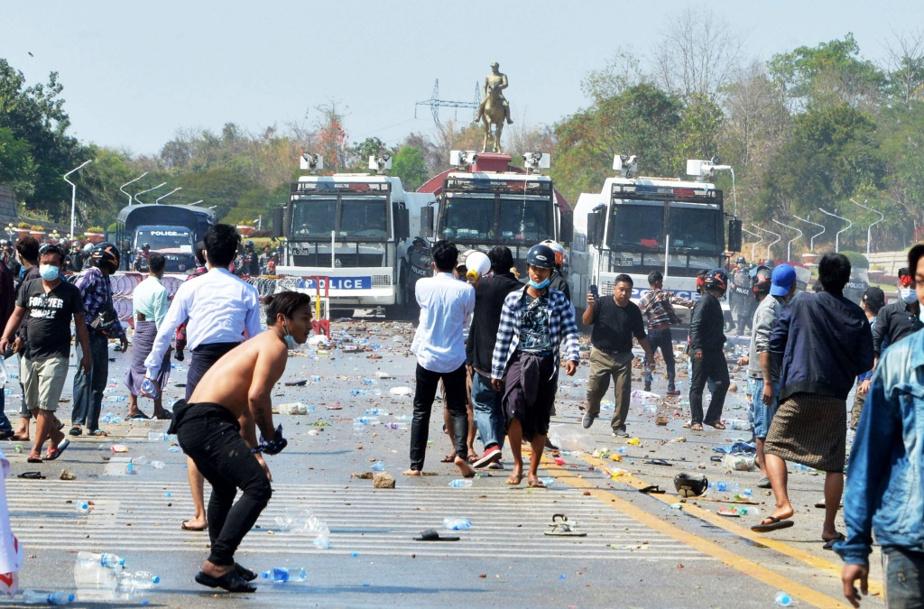 Le lendemain, 9février, c'est la confrontation. Les manifestants sont la cible de tirs de canon à eau.