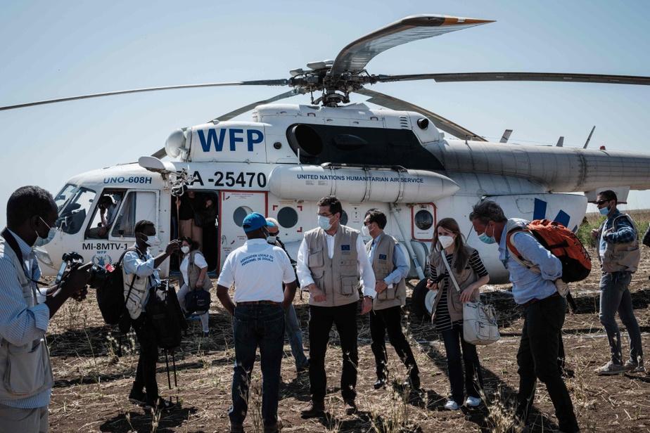 Le commissaire européen à l'Aide humanitaire et à la Réaction aux crises, Janez Lenarcic (au centre), lors d'une visite du camp d'Um Rakuba, le 3décembre dernier.