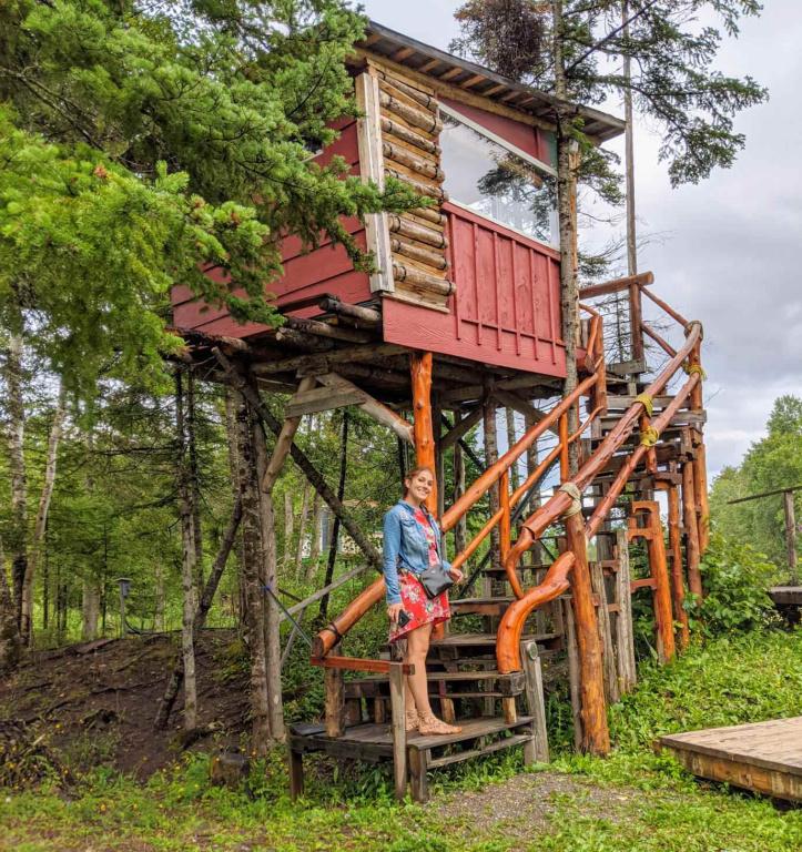 «À Carleton-sur-Mer, dans la Baie-des-Chaleurs, mon mari et moi avons dormi deux nuits dans une cabane dans les arbres. Le propriétaire en possède deux. Il les crée à partir de matériaux recyclés, ce qui les rend particulièrement originales! C'était un séjour magique: entendre le bruit du ruisseau couler paisiblement la nuit, voir les arbres danser au gré duvent et être particulièrement éclairé par la lune (et non, il n'y avait pas de rideaux!). Une expérience inoubliable!» — AlexiaBallard