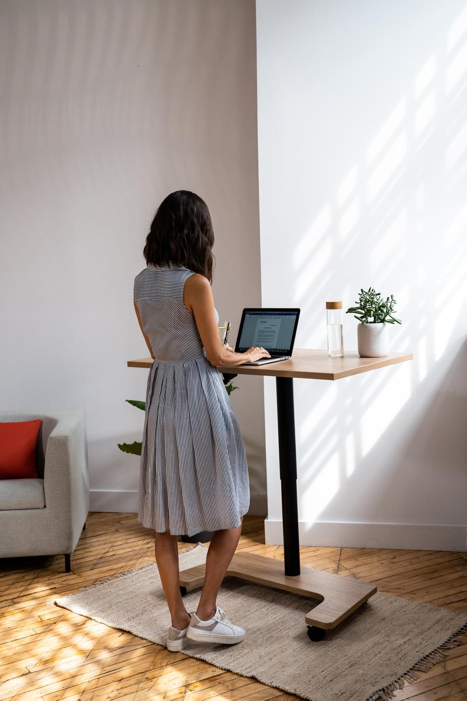 Artopex a mis au point un bureau dont la hauteur est ajustable. La table Millie est sur roulettes afin de pouvoir être déplacée. À sa plus basse hauteur, elle peut servir de table de salon.