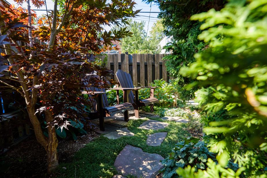 Marcelle Proulx et Yvan Martin aiment particulièrement ce coin de leur jardin. Ils s'y installent le matin pour prendre un café ou vont s'y détendre après le souper.