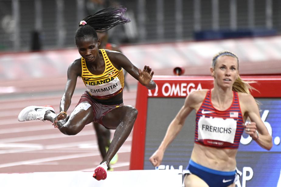 L'Ougandaise Peruth Chemutai enjambe un obstacle en route vers la médaille d'or au 3000m steeple féminin.