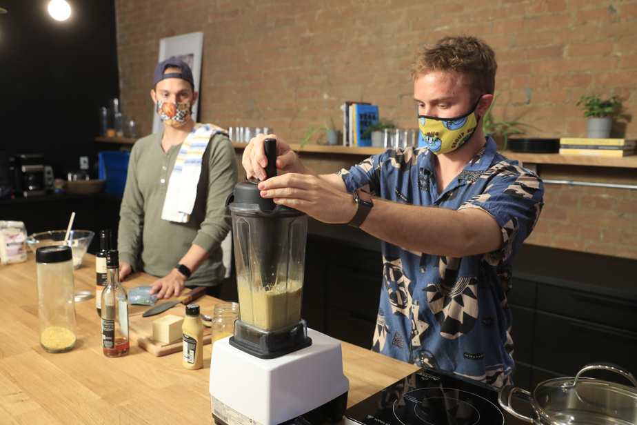 Au robot culinaire ou au mélangeur, broyer tous les ingrédients liquides.