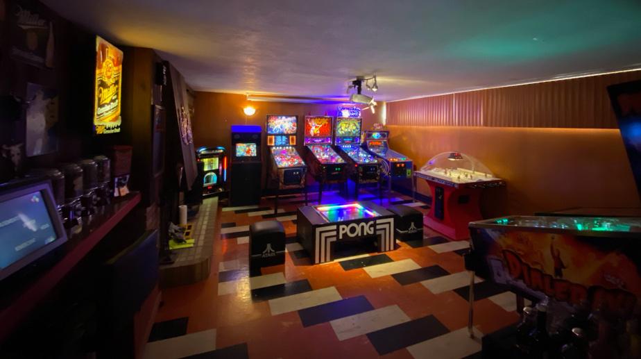 Olivier Bossé s'est monté une belle salle à Salaberry-de-Valleyfield. Et il peut compter sur ses propres talents?: il a restauré plus de 40?machines dans ses temps de loisir. Il possède aujourd'hui six?machines à boules, une machine d'arcade, une machine de bar Megatouch, un jeu de hockey Canadien-Bruins fait maison, une table rare d'Atari Pong et un juke-box.