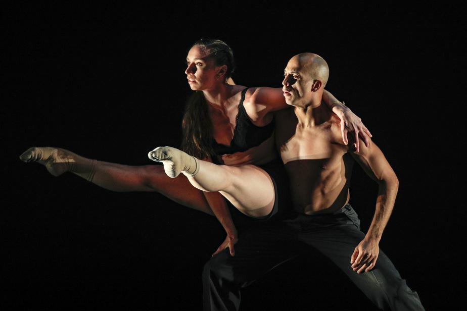 Approximately Close –Quand le passé n'est presque plus, nouvelle pièce au répertoire de BJM, est née d'un duo créé cet été par Ermanno Sbezzo. C'est un couple de danseurs, composé de Shana Irwin et Yosmell Calderon, qui l'interprète, permettant les rapprochements physiques.