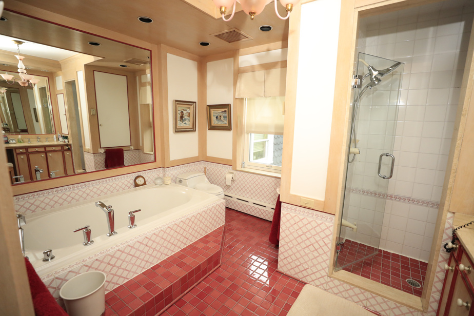 La salle de bains principale, à l'étage
