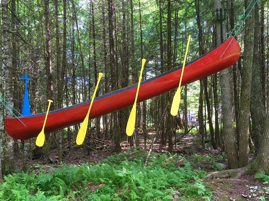 Réjean Rousseau a créé cette sculpture rappelant la légende de la Chasse-Galerie avec un canot de son enfance.