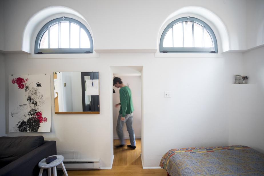 L'immeuble est doté d'ouvertures de formes variées, dont les fenêtres en hémicycle du troisième palier.