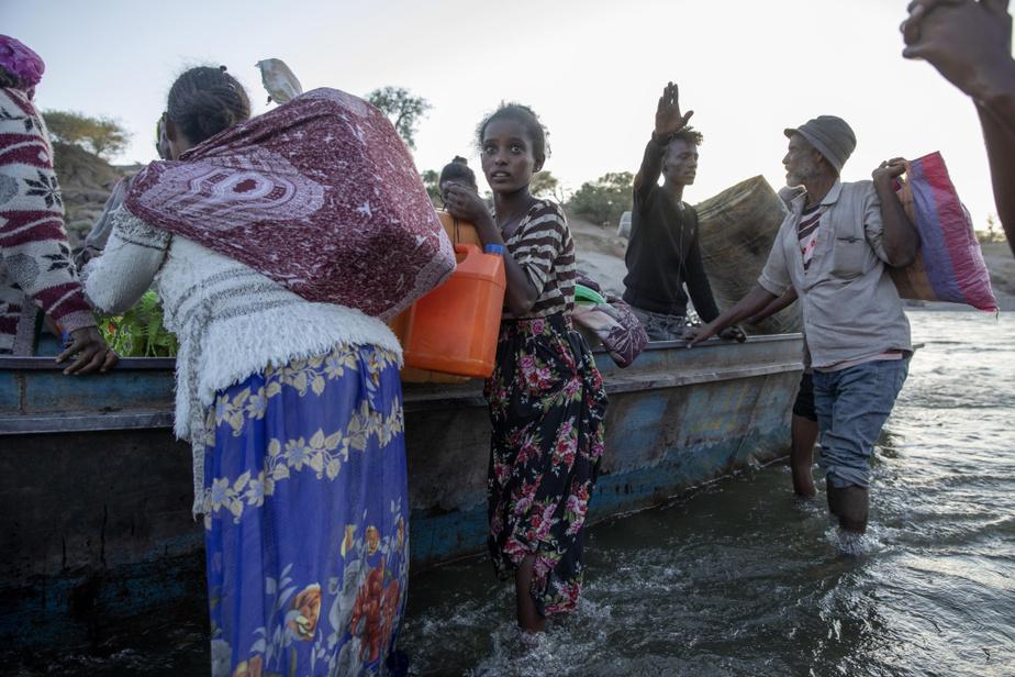 Des réfugiés éthiopiens arrivent sur la berge de la rivière Tekezé, qui sépare l'Éthiopie du Soudan, le 2décembre.