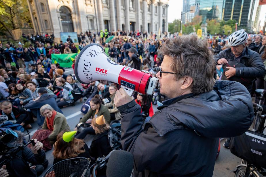 Le blocage devant l'Assemblée dégagé par la police — Extinction Rebellion