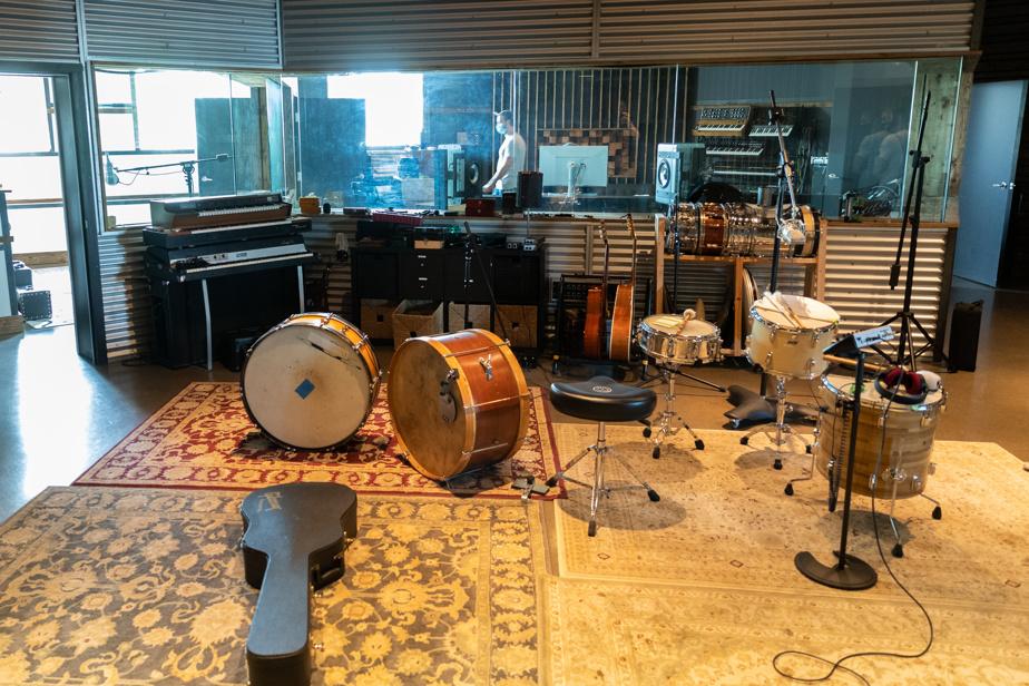 Les ressources musicales abondent, avec guitares, percussions, claviers et autres qui sont en permanence à la disposition des artistes. Les ressources humaines aussi; Guillaume Chartrain est devenu un rat de studio, où l'on trouve aussi Alex Métivier, assistant.