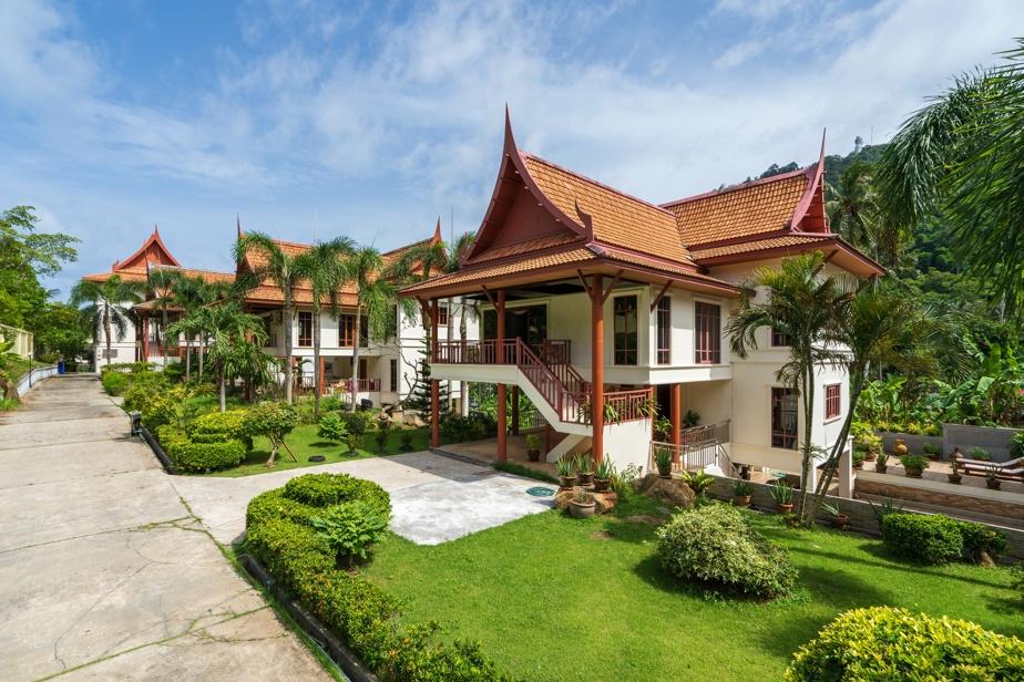 Le toit traditionnel confère un charme particulier à cette propriété située près du village de Kata, dans le sud de la Thaïlande.