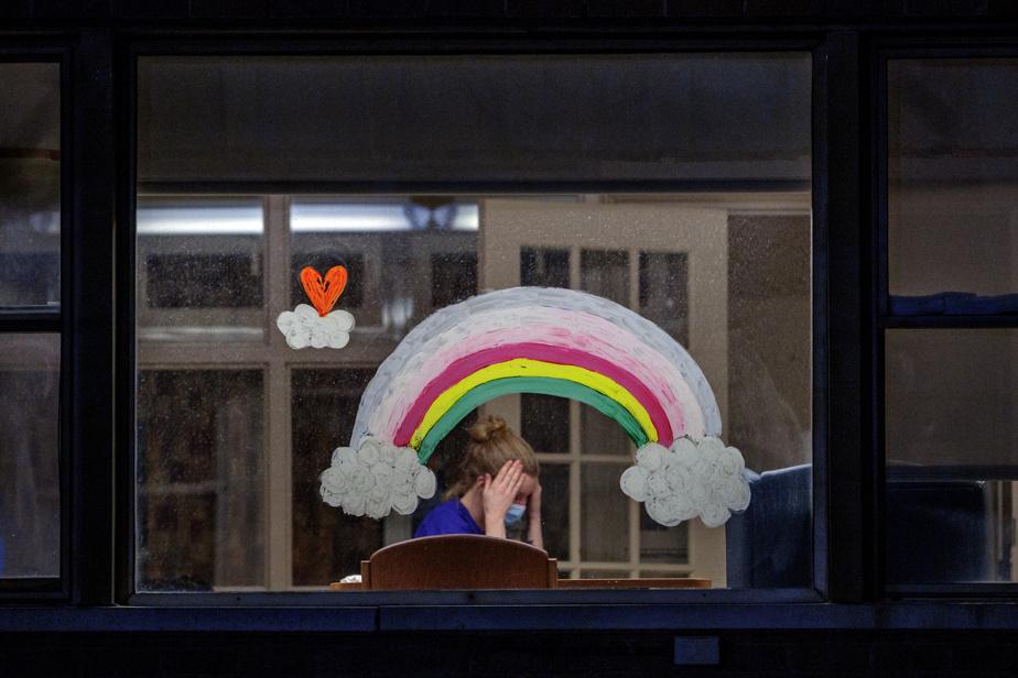 Ça va pas bien aller: une employée du CHSLD Yvon-Brunet, dans le quartier Ville-Émard, qui prend une pause sous l'arc-en-ciel.
