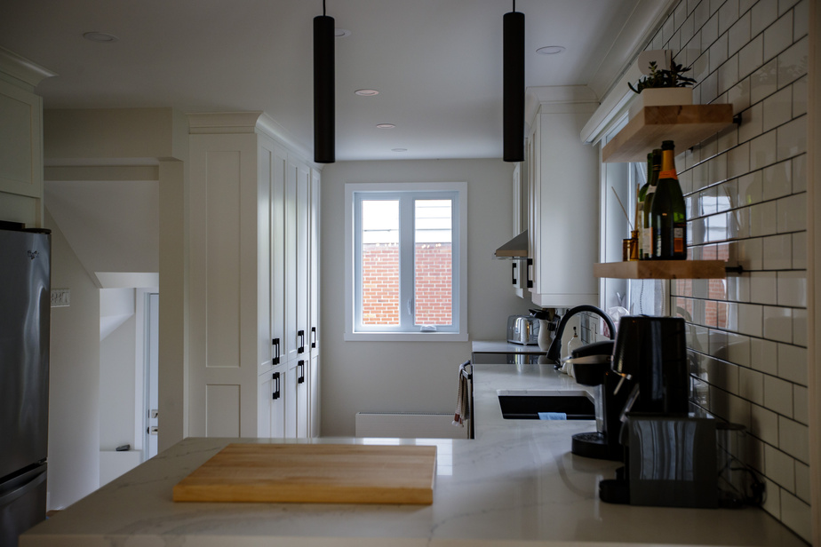 La cuisine est beaucoup plus fonctionnelle qu'avant. Il y a amplement de place pour cuisiner et tout ranger.