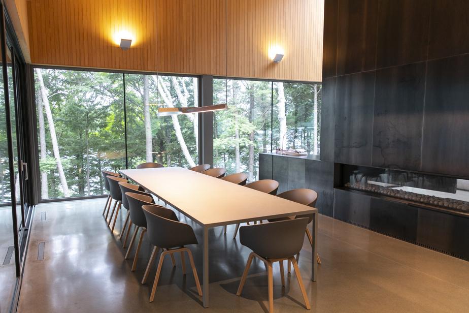 Le foyer est au cœur de l'aire de vie et sépare la salle à manger du salon. Une solide table en X, assise sur seulement quatre pattes, peut accueillir 12invités.