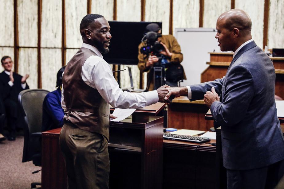 Même scénario pour Dolce Bastien, à gauche, qui reçoit les félicitations de son avocat. Plusieurs juristes de la Floride tentent d'aider d'anciens criminels à naviguer à travers le dédale bureaucratique pour recouvrer le droit de vote.