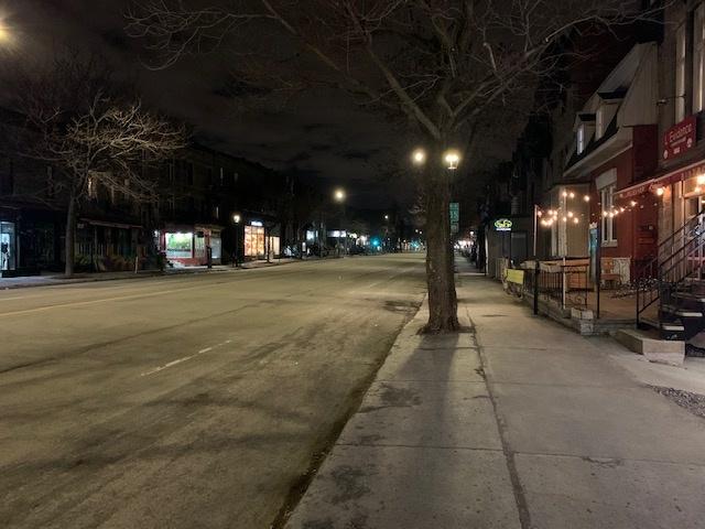 Les rues désertes ont été une scène marquante du début de la pandémie. Cette photo de la rueSaint-Denis, à Montréal, dans le Plateau Mont-Royal, secteur habituellement très achalandé, a été prise par David Cormier. C'était le 25mars vers 20h, un peu plus d'une semaine après le début du premier confinement. «Une ambiance digne du film 28 Days Later», observe M.Cormier.