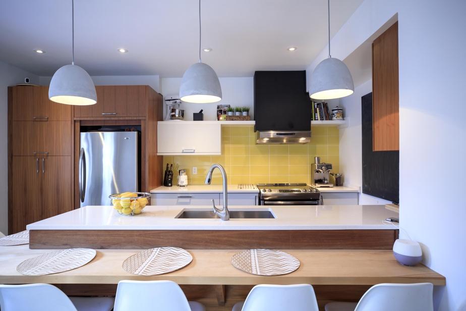 Un mur de céramique jaune donne du punch à la cuisine. Pratique, le comptoir en érable enL qui épouse la péninsule en quartz est à la hauteur d'une table standard. «On appelle cet endroit notre bistrot», dit M.Gagné. Des encastrés ont été installés au plafond dans cet espace et dans les zones salon et salle à manger. Le propriétaire en a profité pour faire une isolation phonique puisqu'il y a un voisin juste au-dessus.