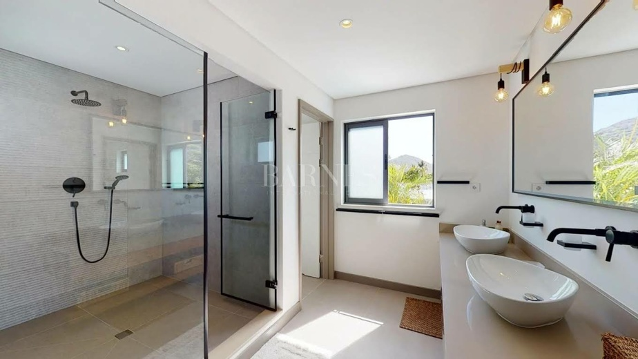 Une des trois salles de bains