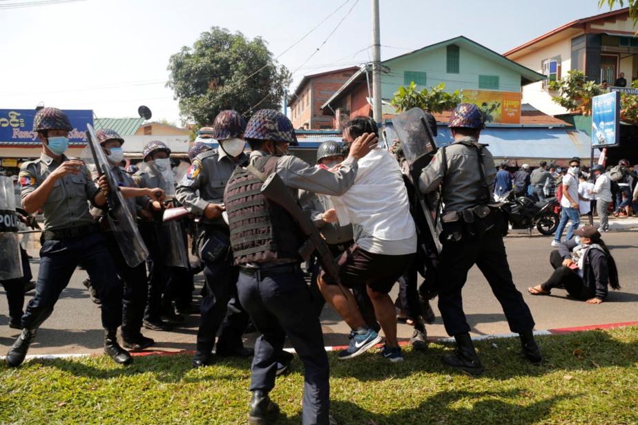 Des manifestants sont arrêtés lors d'une manifestation à Mawlamyine, le 12février.