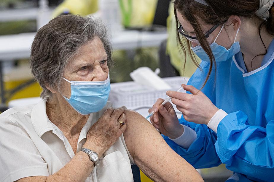 Les Montréalais ont fait preuve de patience, lundi, alors que la campagne de vaccination massive qui commençait dans la métropole a été le théâtre de longues files d'attente.