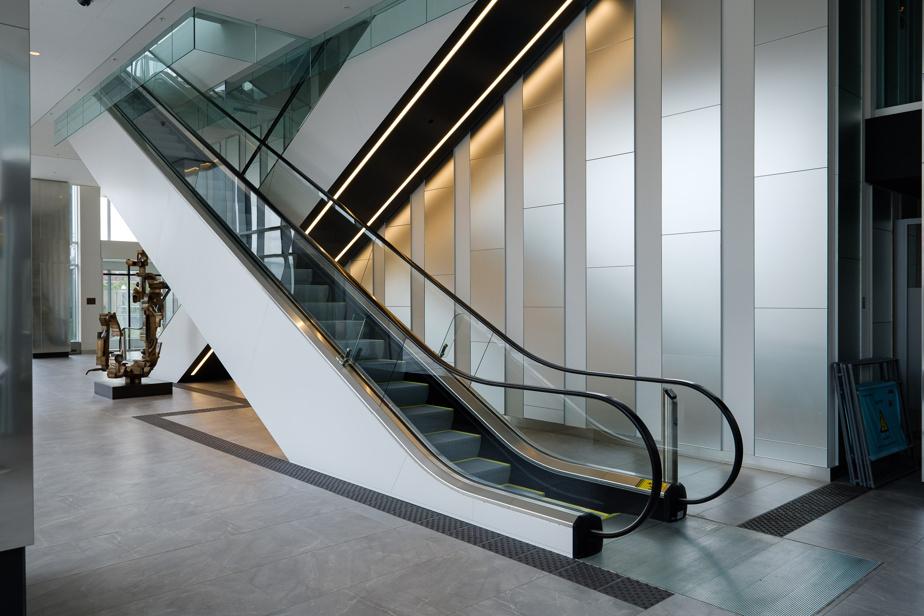 Les références au Tricolore (et à son passé glorieux) sont visibles un peu partout. À l'extérieur du hall d'entrée de la Tour des Canadiens2, les deux escaliers roulants qui mènent à la passerelle se croisent comme deux bâtons de hockey, rappelant ceux de l'ancien Forum.