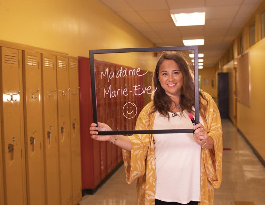 L'enseignante Marie-Ève Lévesque et son tableau de plexiglas qu'elle a légué au Musée de la civilisation
