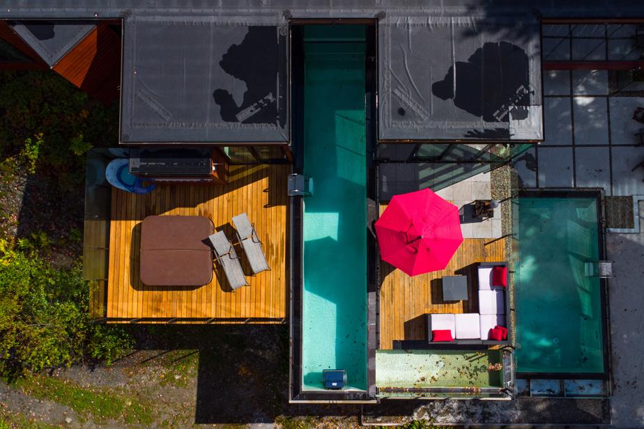 Les piscines et les terrasses occupent une place prépondérante dans cette villa vue du ciel.