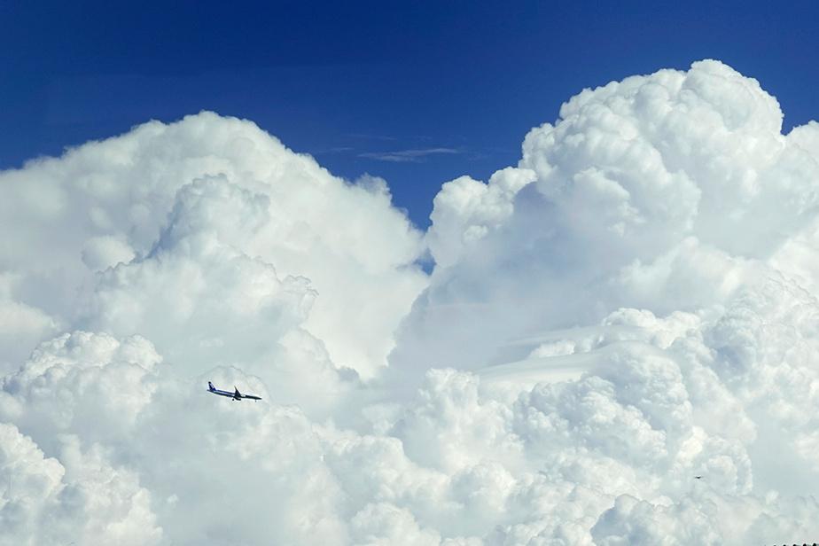 Un avion de All Nippon Airways se dirige vers l'aéroport de Haneda, à Tokyo, devant une époustouflante formation nuageuse.