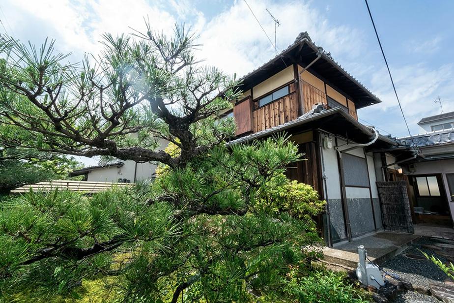 Construite sur deux niveaux, la maison en bois est située dans un quartier où les incendies sont étroitement surveillés.