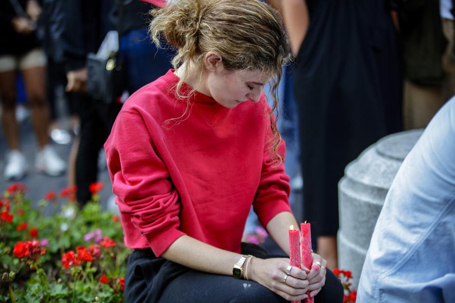 Quelques centaines de personnes se sont réunies, mercredi soir, au centre-ville de Montréal, pour une veillée à la chandelle à la mémoire des victimes de la double explosion survenue mardi à Beyrouth.