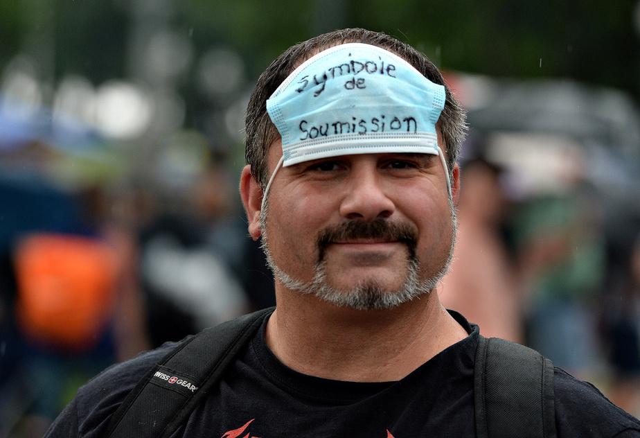 Les antimasques ne se servent pas du masque? Si, mais pour le tourner en dérision. Ici, le support est ironisé pour faire passer un message militant.