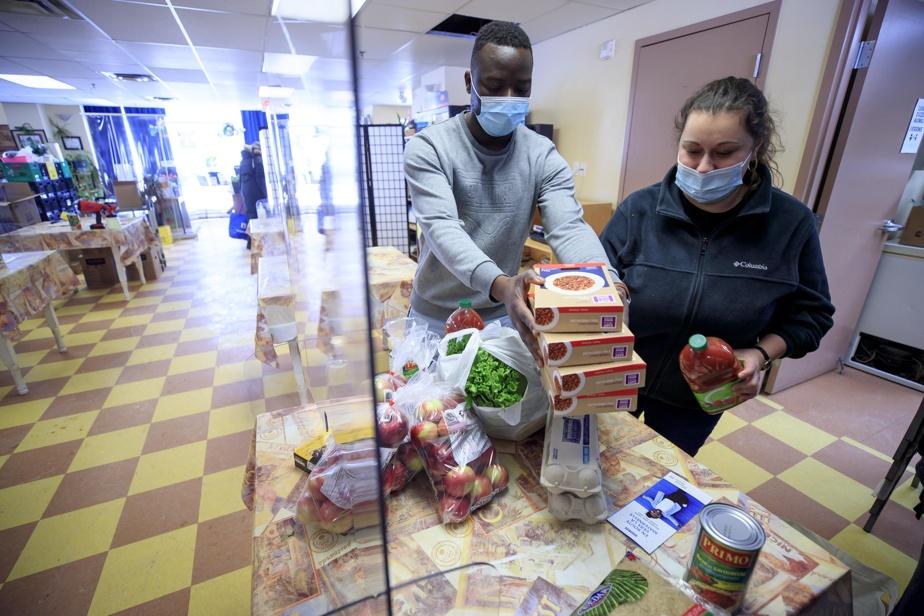 Papy Mbenguia et sa collègue Stéphanie Baillard-Maillé préparent un panier alimentaire pour une famille.