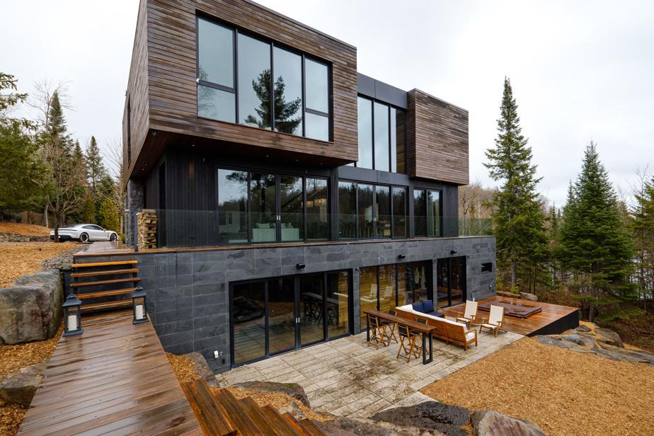 Les fenêtres abondent dans cette maison. Celles-ci donnent sur le lac. L'emplacement des luminaires encastrés a été soigneusement choisi afin d'optimiser l'éclairage tout en créant une atmosphère feutrée.
