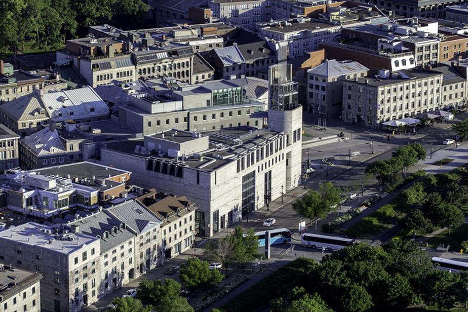 Le musée Pointe-à-Callière, dans le Vieux-Montréal, se trouve sur le lieu de fondation de la métropole. Il se consacre surtout à l'histoire et à l'archéologie de la ville.
