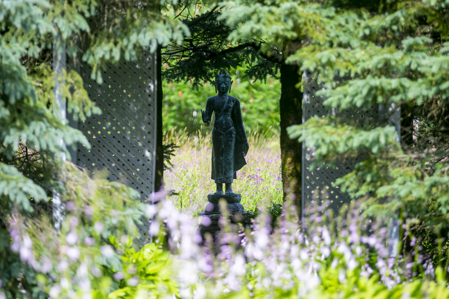 The two creators took care to unify the different areas of the garden.  A flowery gap through the spruce trees leads for example to the field of sculptures.  To get there, you have to walk next to a statue of the Goddess of Knowledge, purchased in Portland, New England.
