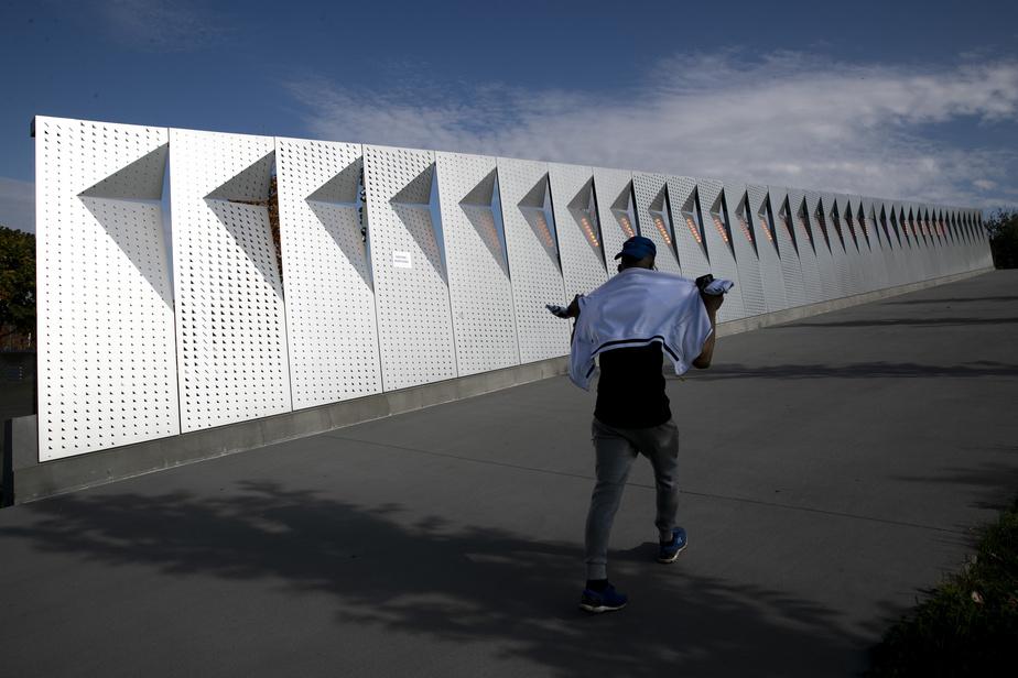 La firme d'architecte Lemay a donné une signature visuelle à l'Espace 67, comme en témoigne ce mur éclairé aux abords de l'amphithéâtre naturel.
