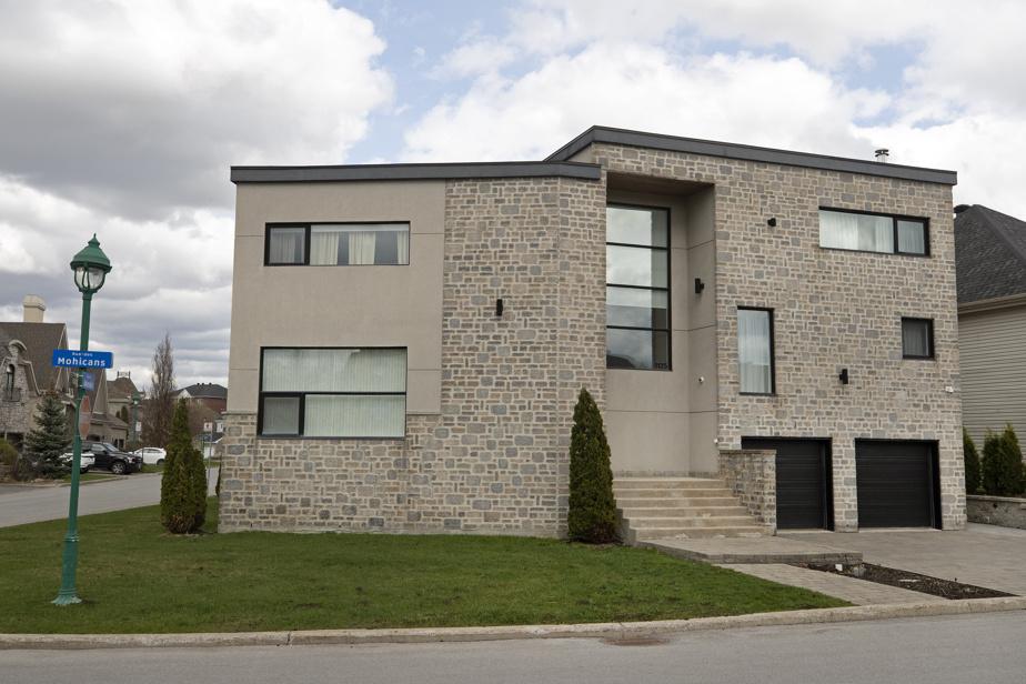 Jouxtant le golf Sainte-Rose, cette maison se distingue clairement des autres par son architecture. De l'extérieur, on peut déjà apprécier le travail de variation sur les fenêtres.