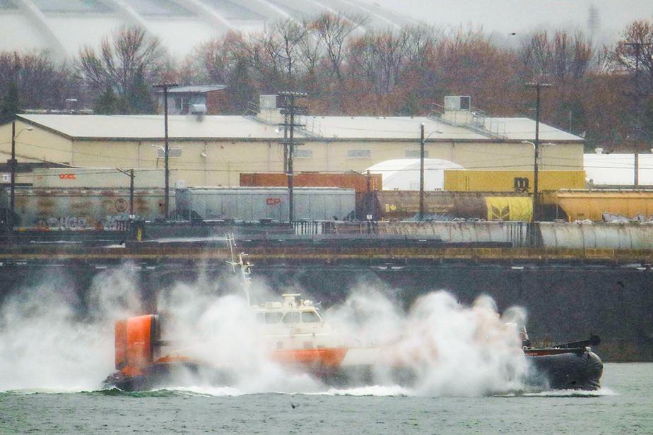 Un aéroglisseur de la Garde côtière canadienne se déplace dans le port de Montréal