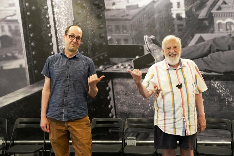 Marcel Sabourin (à droite) a fait partie de la pièce Pierre et le loup, le tout premier spectacle du théâtre La Roulotte, en 1953. Il prête sa voix à l'un des personnages – un inventeur fantaisiste – dans la balado, aux côtés de jeunes finissants de l'École nationale du théâtre du Canada et du Conservatoire d'art dramatique de Montréal. «J'aime cette idée d'une passation entre les générations», précise Philippe Robert (à gauche).