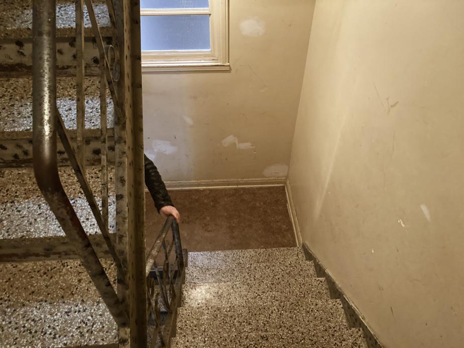 La cage d'escalier de l'entrée de l'immeuble de la rue de Rouen où un logement est à louer.