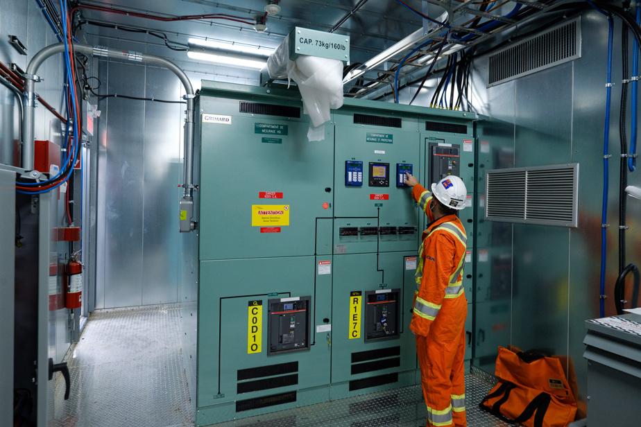L'énergie est emmagasinée dans des unités de stockage à côté du centre sportif, prête à être envoyée dans le microréseau lorsque nécessaire.